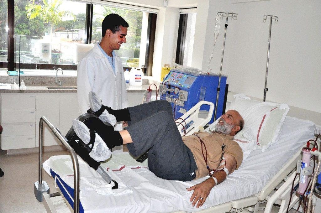 Paciente utilizando bicicleta para fisioterapia durante a hemodiálise