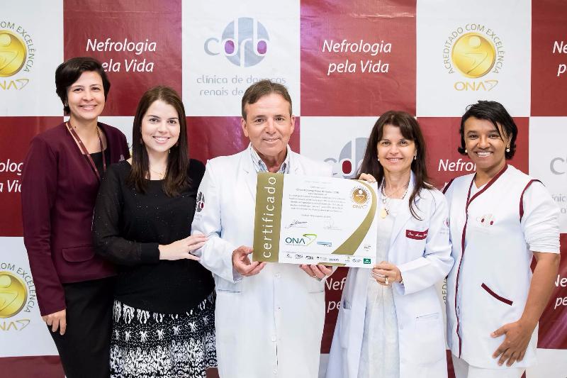 Equipe CDRB segurando o certificado de acreditação com excelência