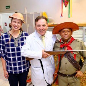 Doutor Evandro e nossos funcionários se fantasiam para o Arraiá da Clínica de Doenças Renais de Brasília.