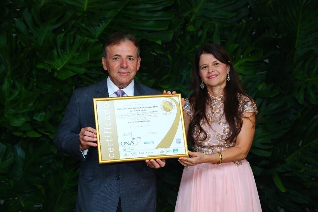 Dr. Evandro e Dra. Maria Letícia com o Certificado ONA.